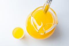 在空白背景的Maracuya/Passionfruit饮料 免版税库存图片