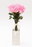 在空白花瓶的粉红色玫瑰 库存照片