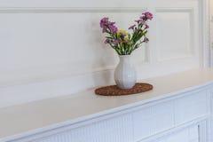 在空白花瓶的花 免版税库存照片