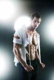 在空白被剥去的衬衣的性感的肌肉男 免版税库存照片