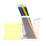 在空白象网的配件箱的颜色铅笔 库存照片