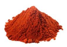 在空白辣椒粉堆红色的香料 库存照片