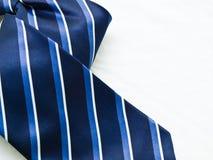 在空白backgro查出的镶边蓝色和白领结特写镜头  免版税图库摄影