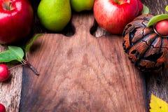 在空的切板附近的杰克o灯笼在木背景 秋天概念查出的白色 万圣节 顶视图 复制空间 框架 免版税库存图片