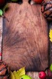 在空的切板附近的杰克o灯笼在木背景 秋天概念查出的白色 万圣节 顶视图 复制空间 框架 库存照片