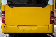 在空的大模型广告时间公众T后的明亮的黄色公共汽车 免版税库存照片