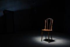 在空的屋子的偏僻的椅子 库存图片