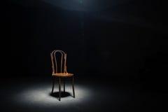 在空的屋子的偏僻的椅子 库存照片
