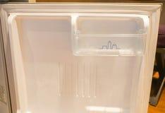 在空的情况的里面微型冰箱 库存照片