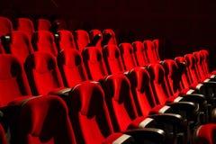 在空的戏院的红色椅子 图库摄影