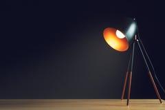 在空的木办公室桌的台灯 库存图片
