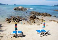 在空的沙滩的躺椅 免版税库存照片