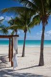 在空的海滩的豪华海滩风雨棚,墨西哥 库存图片
