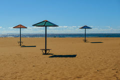 在空的海滩的伞 热夏天 库存照片
