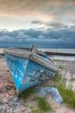 在空的海滩的损坏的渔船 免版税库存图片
