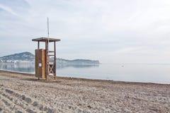 在空的海滩的救生员驻地 图库摄影