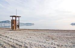 在空的海滩的救生员驻地 库存照片