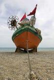 在空的海滩的老渔船 库存照片