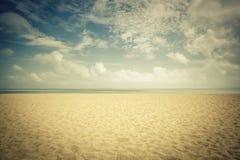 在空的海滩的阳光 免版税库存照片