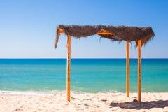 在空的热带海滩的小机盖在 免版税库存图片