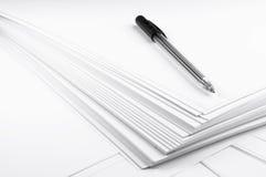 在空的白皮书的笔覆盖特写镜头 免版税图库摄影