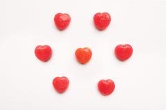 在空的白皮书背景的红色华伦泰` s天心脏形状糖果样式 概念亲吻妇女的爱人 五颜六色的行家样式 顶视图 免版税库存图片