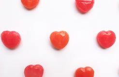 在空的白皮书背景的红色华伦泰` s天心脏形状糖果样式 概念亲吻妇女的爱人 五颜六色的行家样式 顶视图 库存照片