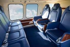 在空的直升机客舱的位子在飞行期间 免版税库存照片