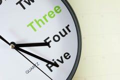在空的笔记本纸上把放的模式时钟 免版税图库摄影