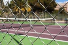 在空的网球场的铁丝网 免版税库存照片