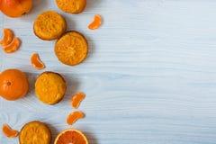 在空的蓝色背景的柑橘松饼 库存照片