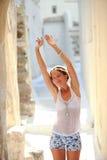 在空的街道上的迷人的少妇在老希腊语 免版税库存图片