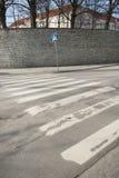 在空的街道,塔林,爱沙尼亚,欧洲上的行人交叉路标志 库存照片