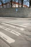 在空的街道,塔林,爱沙尼亚,欧洲上的行人交叉路标志 库存图片
