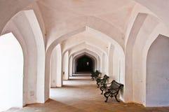 在空的走廊的椅子有handcarved柱子的 免版税库存图片