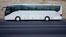 在空的路停放的白色游览车 免版税库存照片