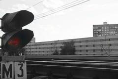 在空的铁路的动臂信号机在黑白的夏日 免版税库存图片
