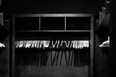 在空的黑寄物处倒空木晒衣架,投下深阴影 库存图片