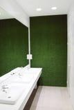 在空的洗手间的三个白色水槽 免版税库存图片