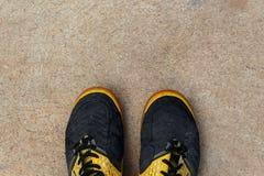 在空的水泥地板上的跑鞋 免版税库存图片