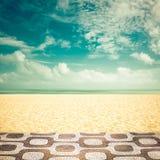 在空的Ipanema海滩,里约热内卢的阳光 免版税库存照片