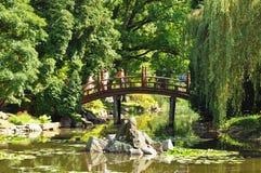 在穿过河的童话桥梁的美丽的景色 库存图片