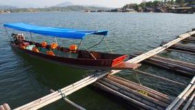 在穿过河的竹桥梁旁边的小船 图库摄影
