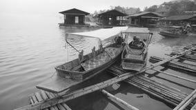 在穿过河的竹桥梁旁边的小船 免版税库存照片
