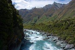 在穿过西方Matukituki河的桥梁上在罗伯罗依冰川附近在瓦纳卡附近在新西兰 免版税图库摄影