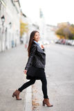 在穿都市皮夹克的城市塑造妇女 免版税库存图片