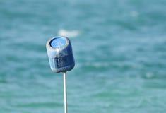 在突出捕鱼网的管子的蓝色容器在海 图库摄影