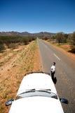 在突出的汽车女性下条路之后 免版税图库摄影