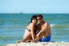 在突尼斯海滩的中年夫妇 库存图片