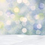 在窗口、随风飘飞的雪和bokeh光的弗罗斯特样式 库存图片
